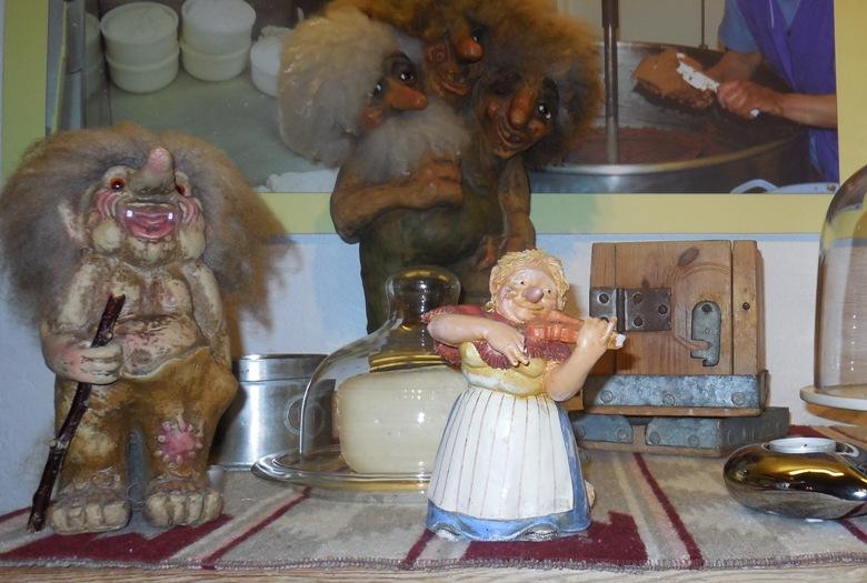 Huldra doll (center)