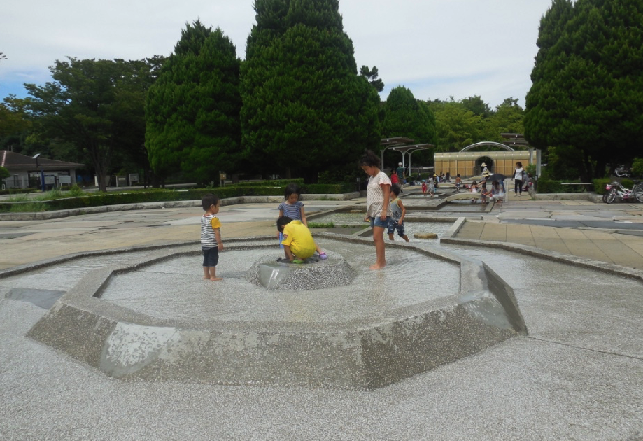 Children playing in water at Hikariagaoka Park