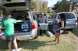 Washington U faculty and students help freshmen settle in